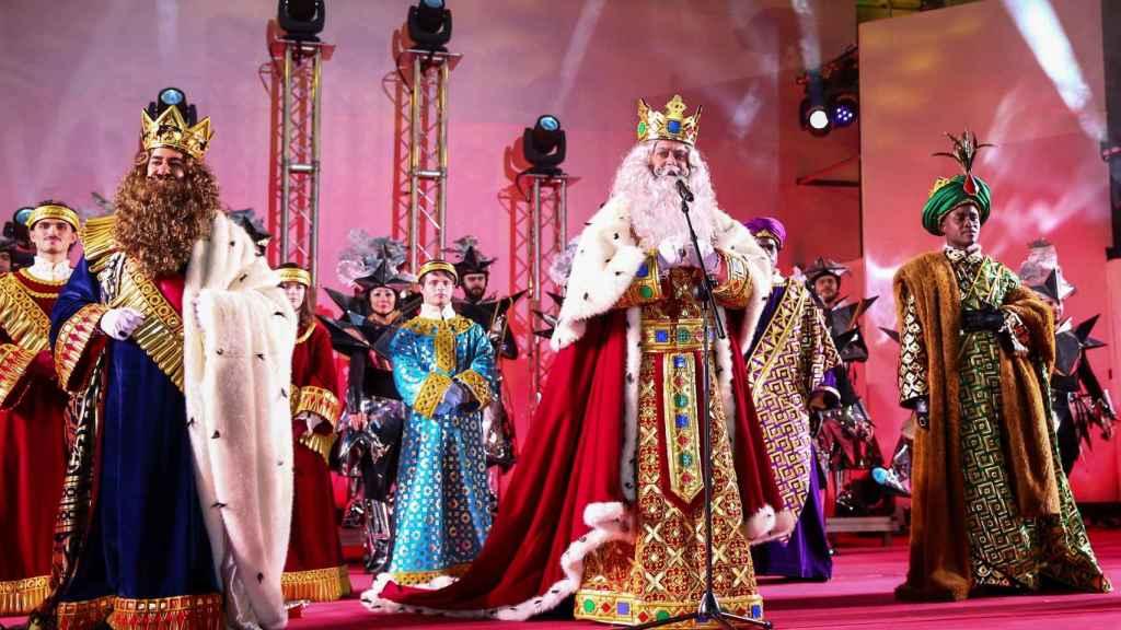 Los Reyes Magos saludando a los niños.