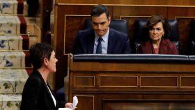 Pedro Sánchez y Carmen Calvo observan a la portavoz de EH Bildu, Mertxe Aizpurua, en el Congreso.