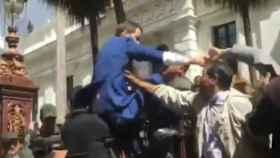 Momento en el que Guaidó trata de trepar la verja.