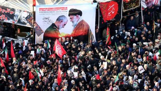Cientos de miles de iraníes participan en los actos por el funeral de Qasem Soleimani en Teherán.