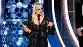 Patricia Arquette con su Globo de oro a Mejor actriz de reparto en una miniserie.