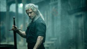 Henry Cavill con el ceño fruncido en The Witcher.