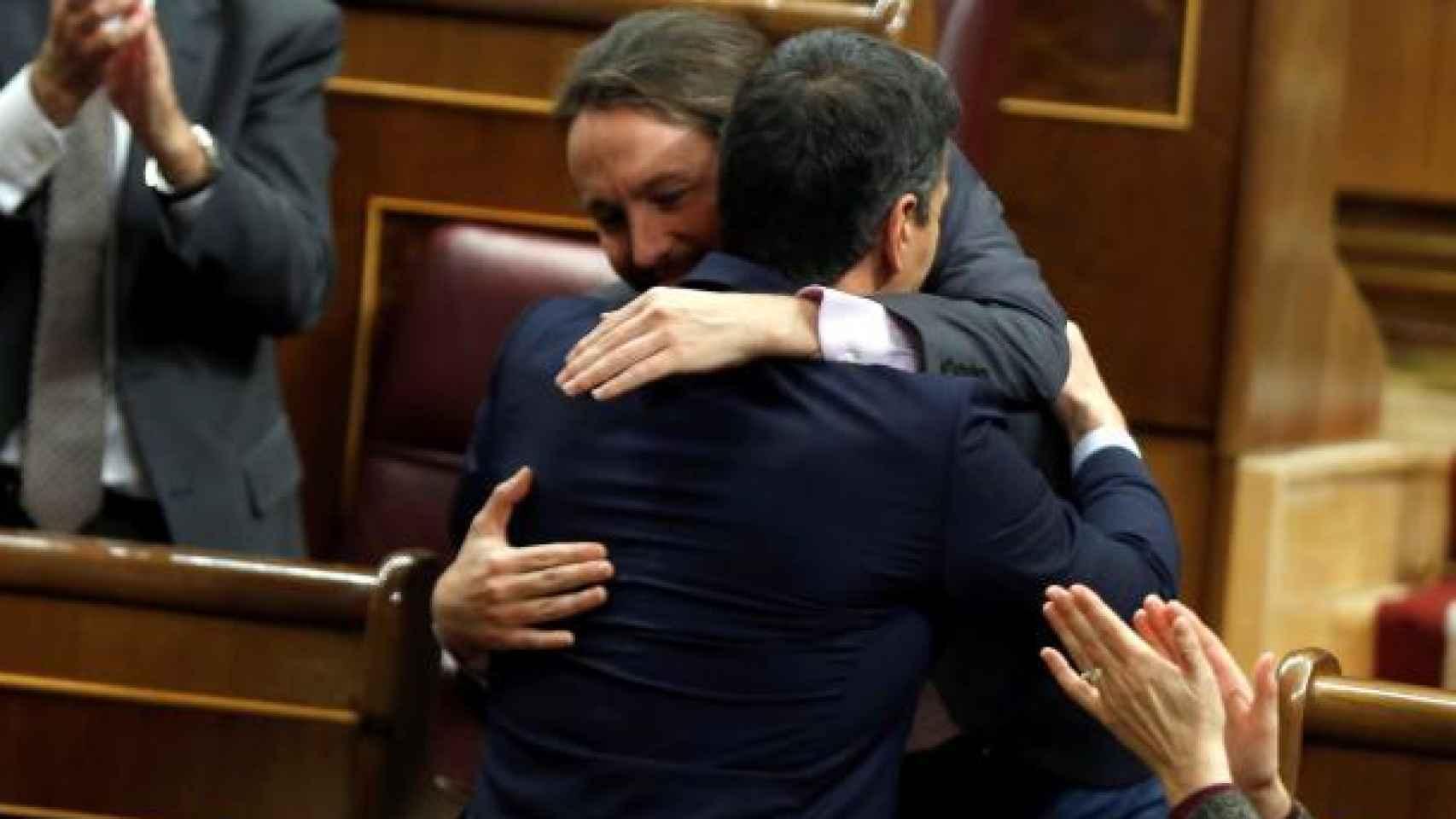 Sánchez e Iglesias, abrazados en el Congreso de los Diputados.