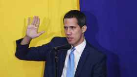 Juan Guaidó jura su cargo tras ser reelegido como presidente de la Asamblea Nacional de Venezuela.