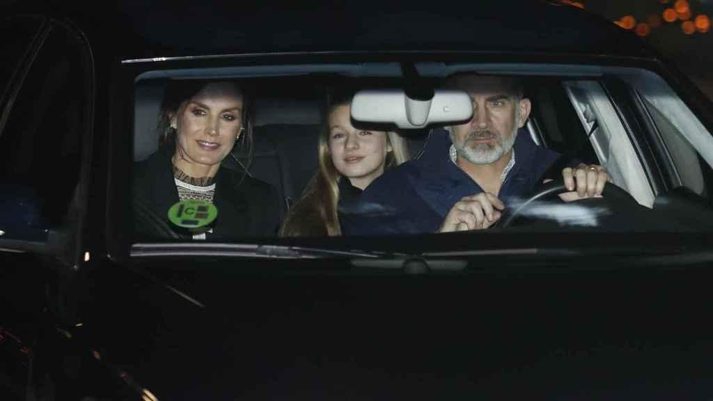 Letizia, Leonor y Felipe VI, en el coche saliendo de casa de Jesús Ortiz.
