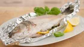 Un pescado envuelto en papel de aluminio.