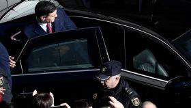Pedro Sánchez abandona el Congreso tras lograr ser investido.