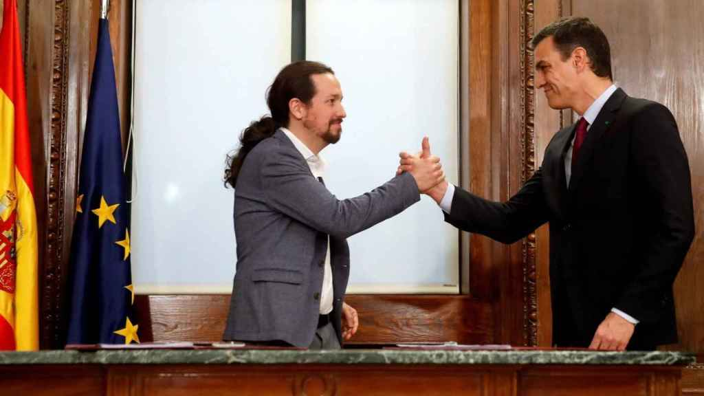 Pedro Sánchez y Pablo Iglesias tras la firma del acuerdo de Gobierno.