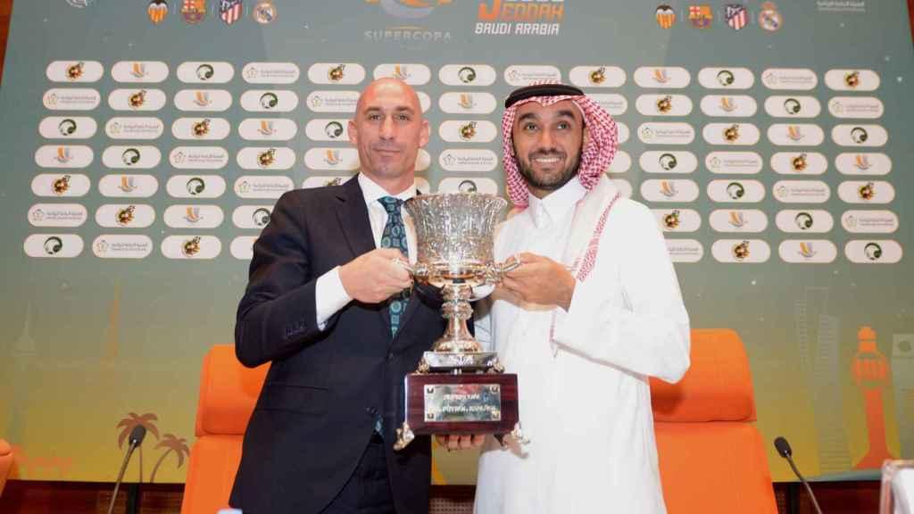 Luis Rubiales y el príncipe Abdulaziz bin Turki Al-Faisal con el trofeo de la Supercopa