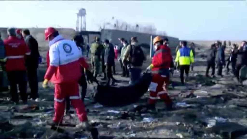 Los equipos de rescate han empezado a sacar cuerpos del avión.