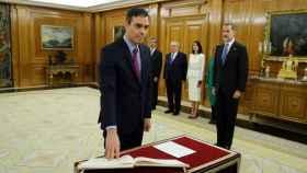 Pedro Sánchez promete ante el rey Felipe VI su cargo de presidente de Gobierno.