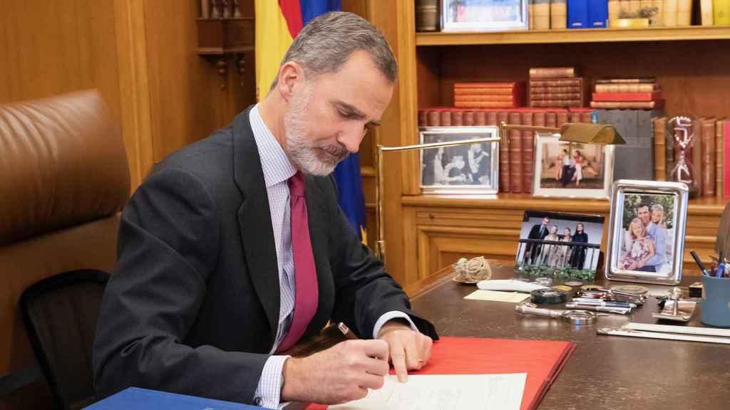Felipe VI en su despacho, en el Palacio de Zarzuela.