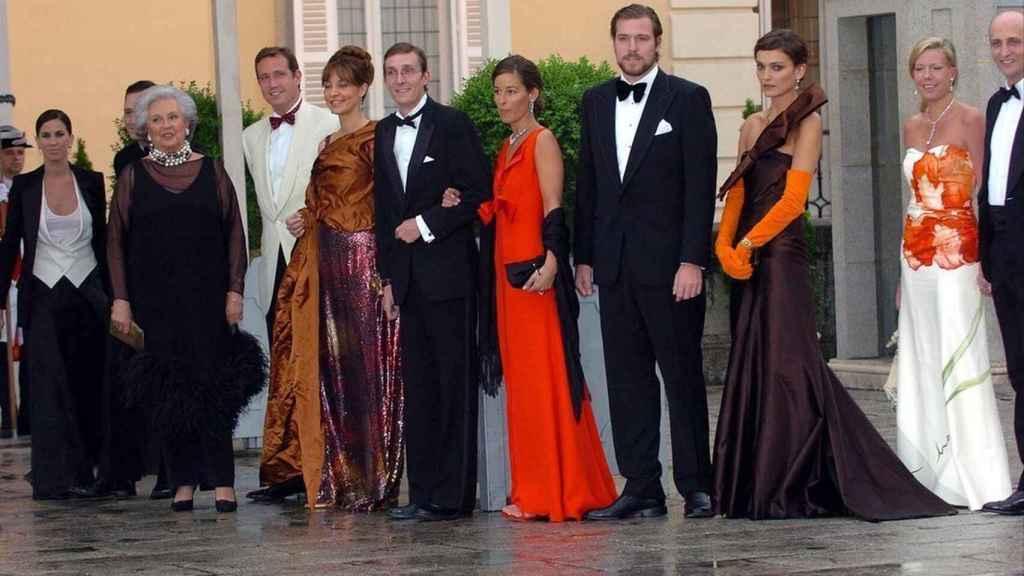 La infanta Pilar de Borbón y sus cinco hijos en la cena previa a la boda de los entonces príncipes Felipe y Letizia.