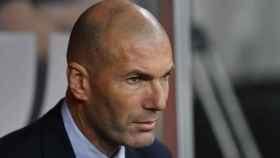 Zidane en el banquillo del estadio Rey Abdullah
