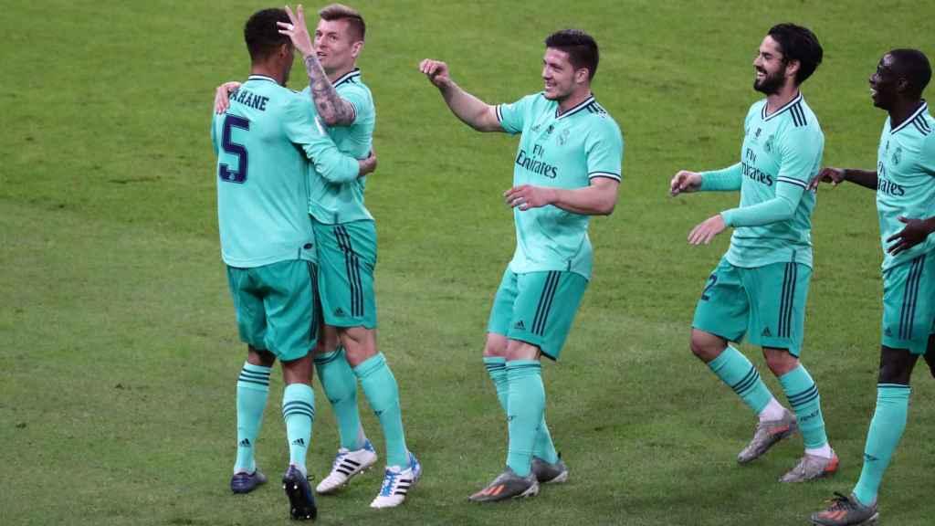 Los jugadores del Real Madrid felicitan a Kroos por su gol olímpico al Valencia