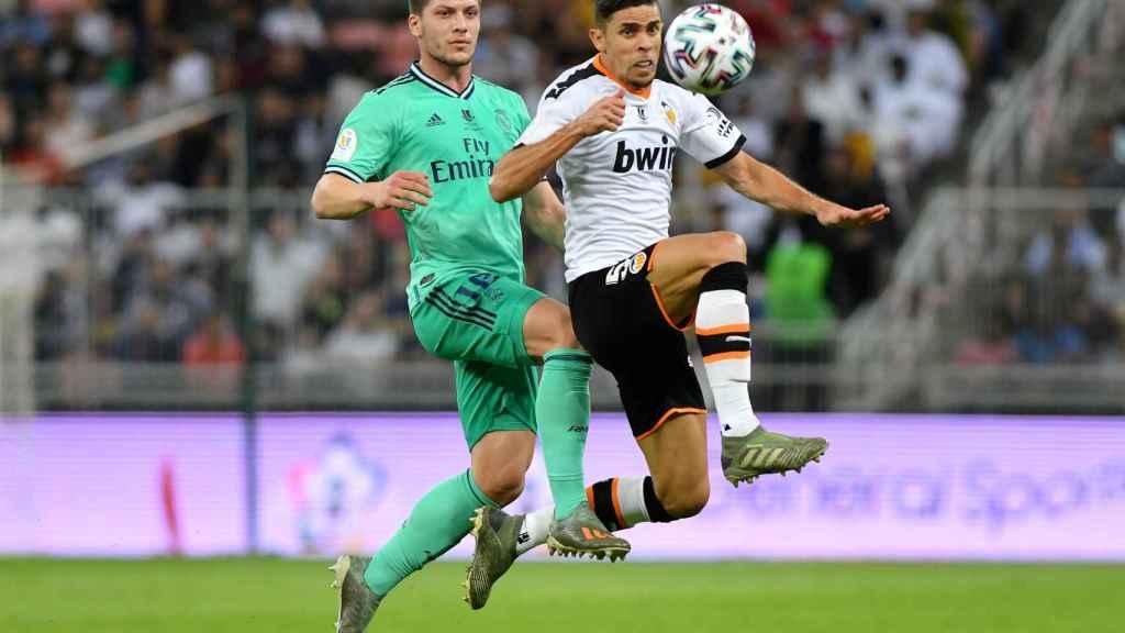Gabriel Paulista intenta controlar un balón perseguido por Luka Jovic