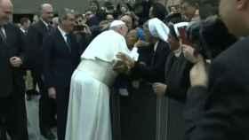 El Papa bromea con una monja