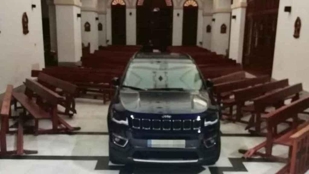 El coche en el interior del templo en el estado que ha sido hallado.