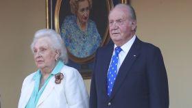 El Rey Emérito Juan Carlos I, junto a su hermana, la Infanta Pilar, en la feria taurina de San Fernando el pasado junio.