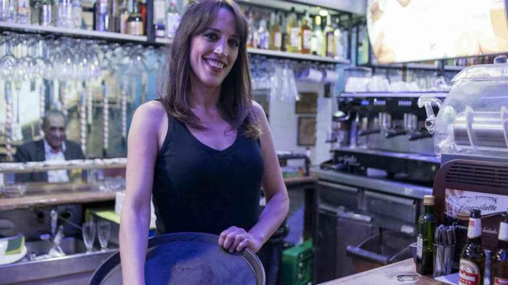 La ex gran hermana en la cafetreía de Getafe donde trabajaba.