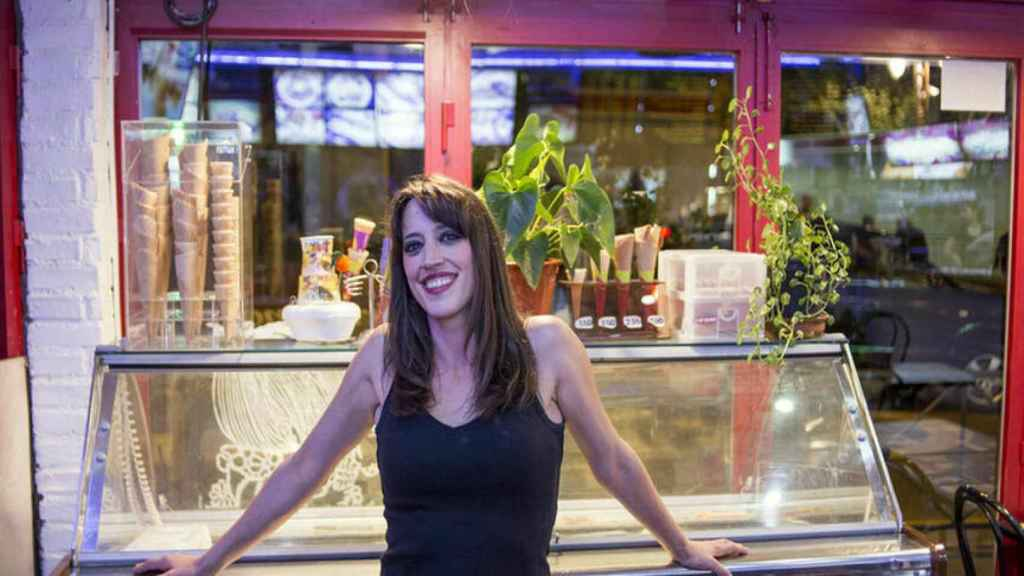 Bea 'La Legionaria' en la cafetería en la que trabajaba.