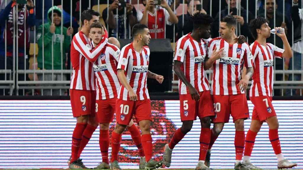 Los jugadores del Atlético celebran uno de los goles de la semifinal ante el Barcelona