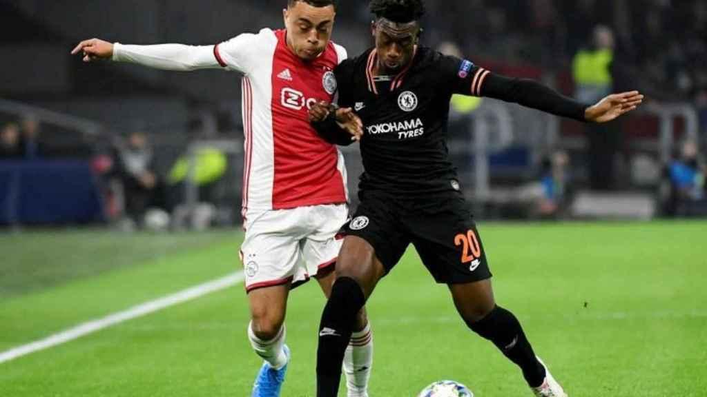 Sergiño Dest con el Ajax