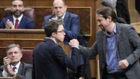 El saludo de Iglesias y Errejón en el Congreso.