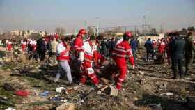 Miembros del equipo de rescate en la zona donde se estrelló el avión ucraniano.