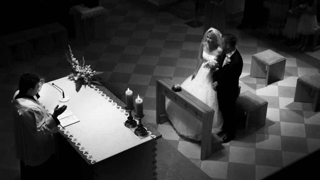 Una pareja casándose por la Iglesia Católica.