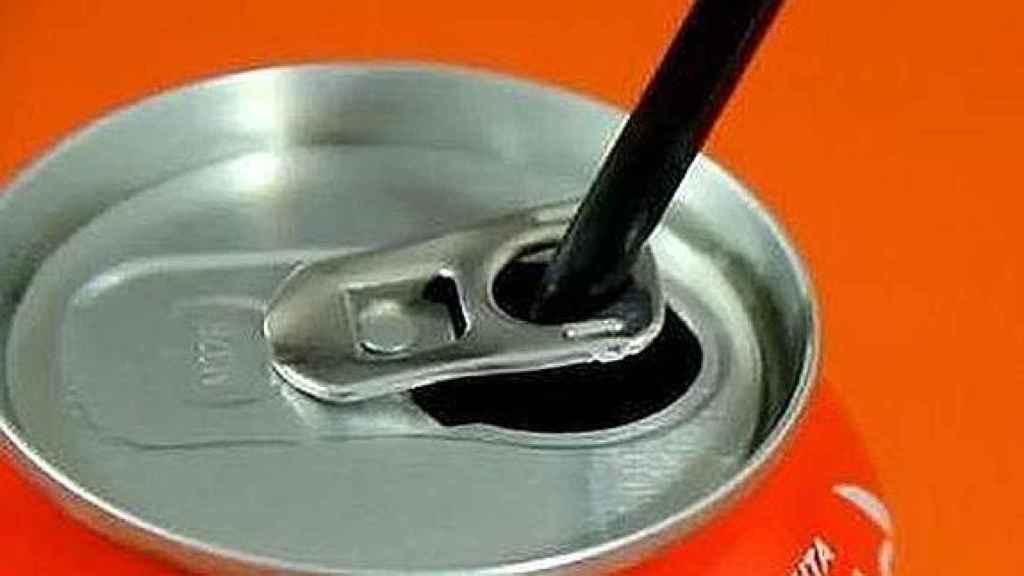 El agujero de la anilla sirve para colocar la pajita.