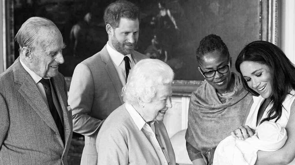 El duque de Edimburgo, el príncipe Harry, la reina de Inglaterra, Doria Raglan, la duquesa de Sussex y el pequeño Archie Harrison.