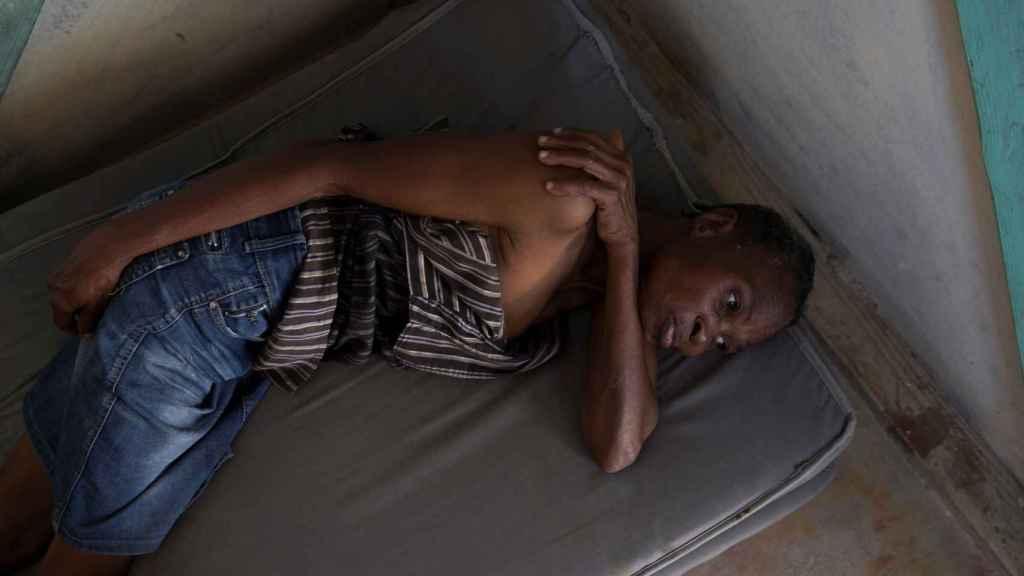 Marie Mona Emille descansa en su tienda del campamento Coral