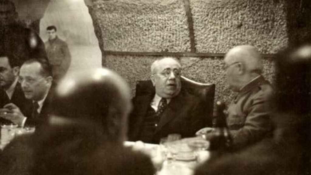 Azaña en una de las cenas en los sótanos del Ministerio de Hacienda.
