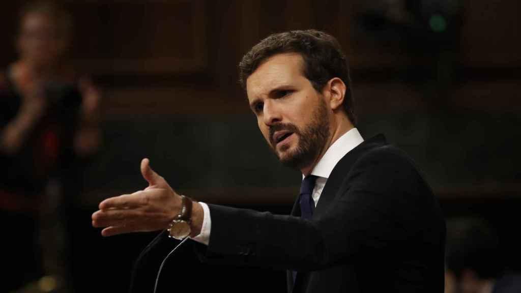 Pablo Casado, interpelando a Pedro Sánchez desde la tribuna de oradores del Congreso.
