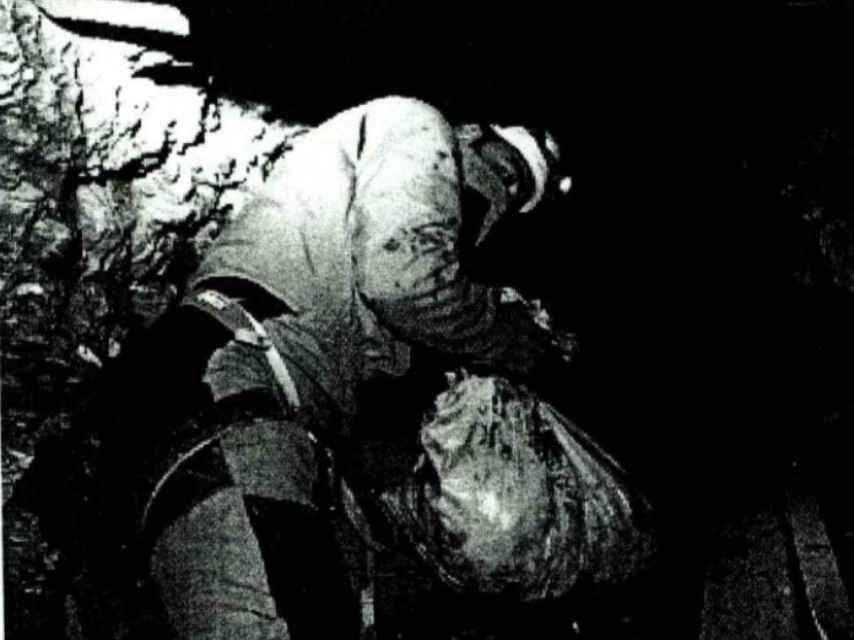 Un minero extrae tierra del pozo del que rescataron el cuerpo sin vida de Julen Roselló.
