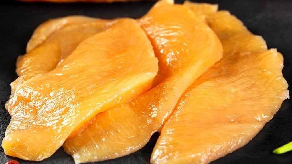 Filetes de pollo de color anaranjado.