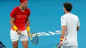Nadal y Carreño, durante el partido de dobles.
