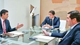 Pedro Sánchez, presidente del Gobierno, conversa con el presidente de CEOE, Antonio Garamendi, y el de CEPYME, Gerardo Cuerva.