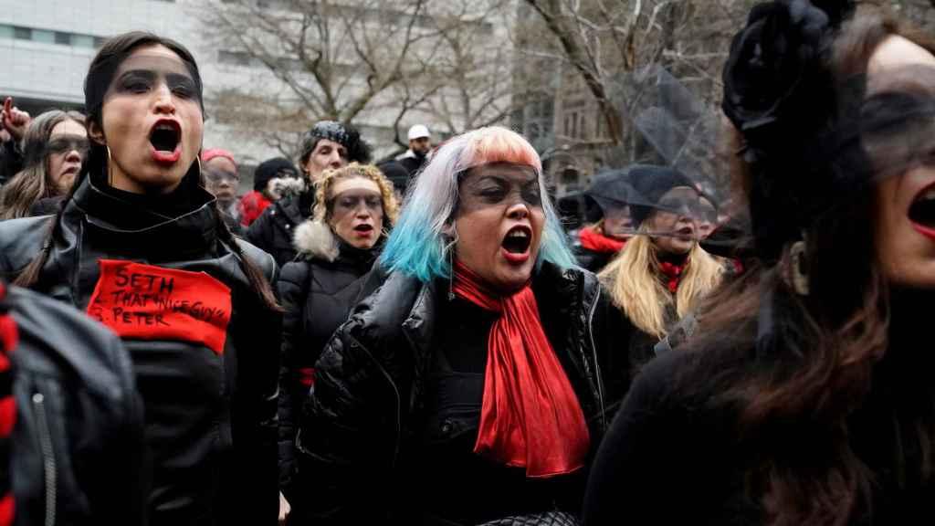 Mujeres cantan 'Un violador en tu camino' frente al tribunal que juzga a Harvey Weinstein.