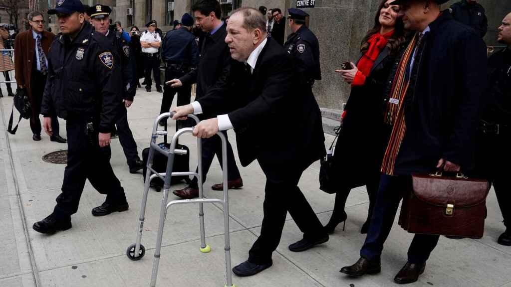 Harvey Weinstein, ayudado por un andador a las puertas del tribunal donde es juzgado.