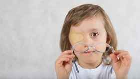 Una niña ataviada con el famoso parche para el ojo vago