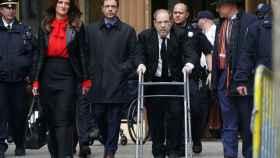 Harvey Weinstein llega con la ayuda de un andador al juzgado de Nueva York.