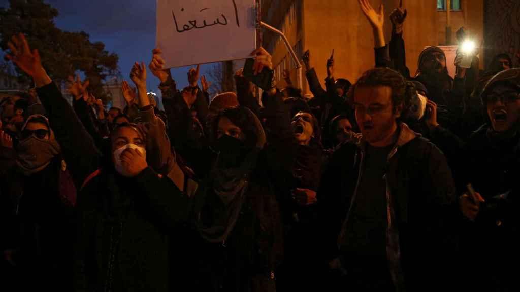 Manifestantes protestas contra el gobierno iraní en Teherán.