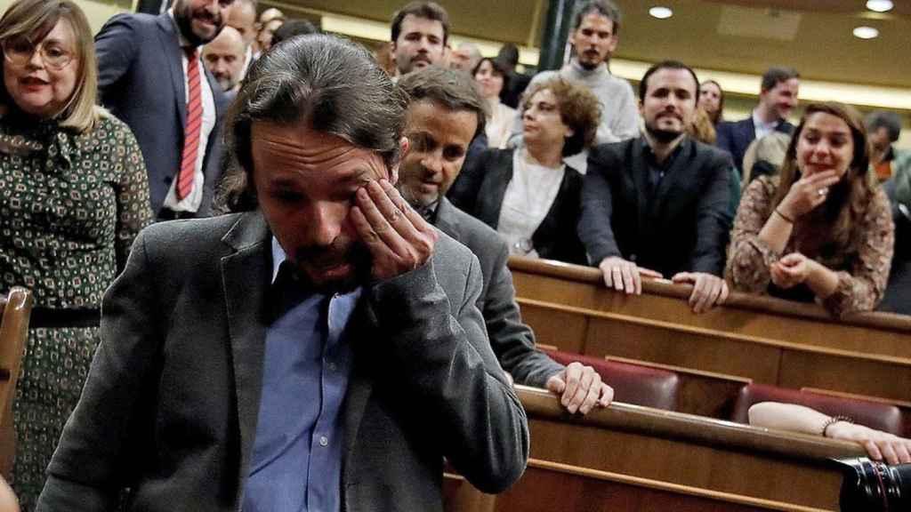 Iglesias llora minutos después de que Sánchez lograra la confianza del Congreso para ser presidente.
