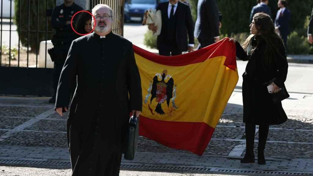 El momento en que Marta portó la bandera franquista el día de la exhumación.