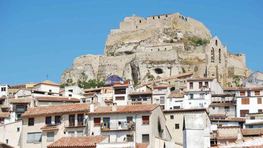 El pueblo de Morella y, al fondo, el castillo.
