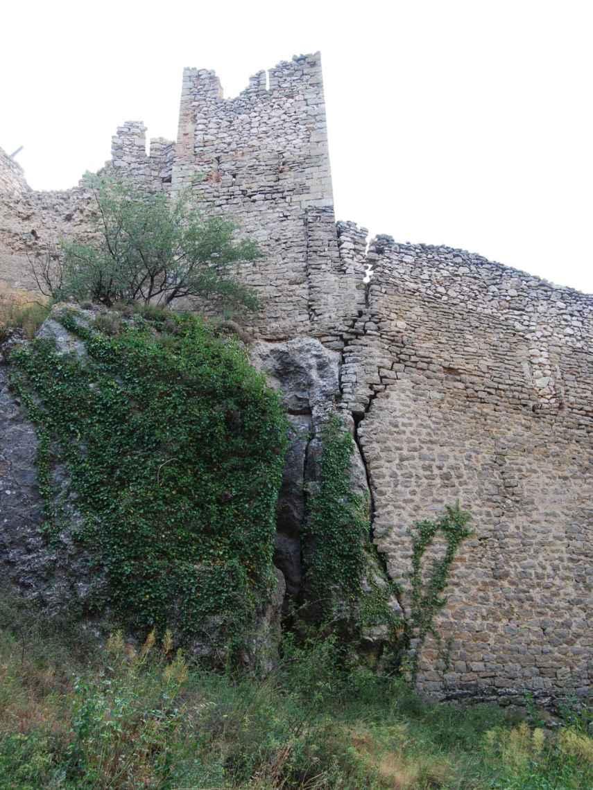 Grietas en la muralla de la fortaleza.