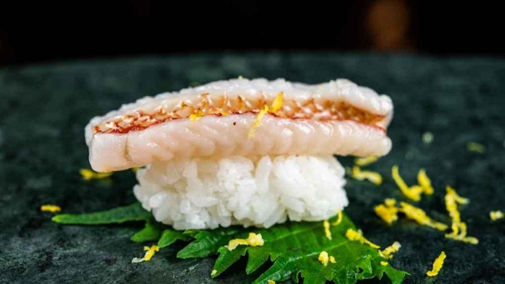 GAMAN_Nigiri de salmonete con ajo frito y alioli de yuzu