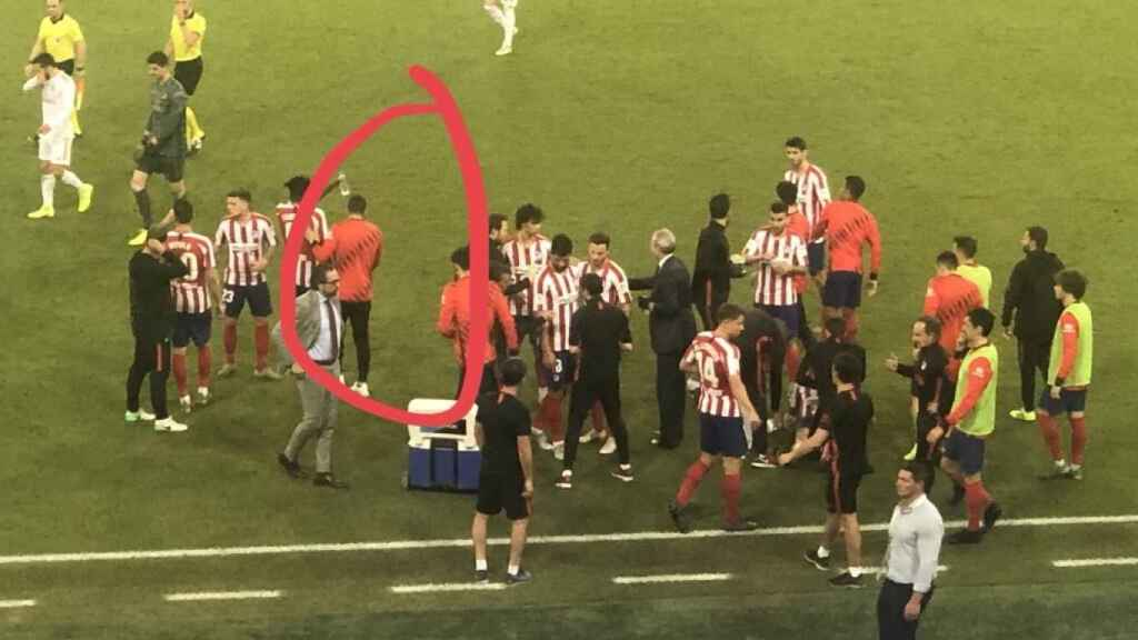 Koke saltó al campo para estar en la charla de la prórroga de la Supercopa